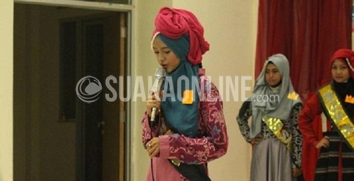 Seorang peserta Miss Ma'had 2016 saat melakukan tes hafalan Al-Quran dan Knowledge di Gedung Baru Mahad Al-Jamiah UIN SGD Bandung, Sabtu (19/03/2016).(Fuji Fauziyah/Magang)