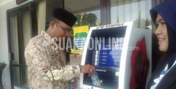 Camat Cinambo, Rani Dewiyati saat memperkrnalkan ATM Sampah pada masyarakat dikantor kecamatan Cinambo, Senin (14/3/2016). (Rifki Muta'ali /Magang)