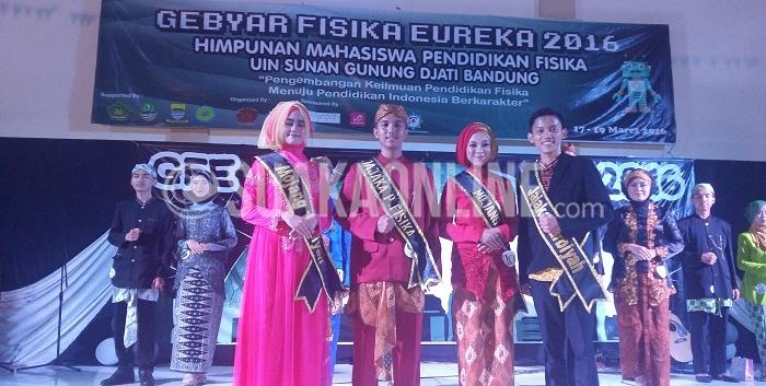 A. Nanda Pangestika (dua dari kiri) dan Azmy Almas Dalila (dua dari kanan) terpilih menjadi Mojang Jajaka (Moka) Pendidikan Fisika 2016, Jumat (18/3/2016). Ajang pasanggiri tersebut merupakan rangkaian acara Gebyar Fisika Eureka (GFE) 2016 di Auditorium UIN SGD Bandung. (Gisna Maulida Q /Magang)