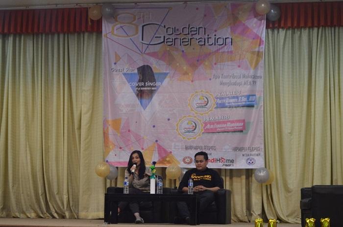 Pretty Diawati (kiri) dan Aldi Febrian (kanan) saat menjadi pembicara dalam seminar Golden Generation yang di selenggarakan oleh Himpunan Pengusaha Muda Indonesia (Hipmi) Politeknik Pos Indoensia, Minggu (13/3/16). Seminar ini sekaligus merayakan hari jadi Hipmi Politeknik Pos Indonesia ke- 8. (SUAKA/ Nizar Alfadila)