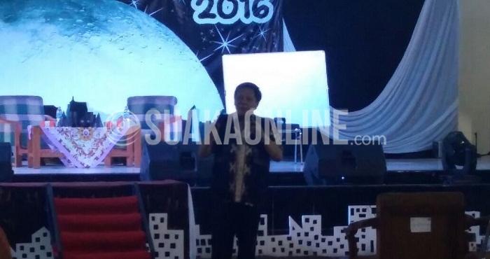 Mantan Rektor Institut Teknologi Bandung (ITB), Lilik Hendrayana saat menyampaikan materi pada seminar pendidikan yang diselenggaraka oleh Hima Pendidikan Fisika di Auditorium UIN SGD Bandung, Kamis (17/3/2016). (Gisna Maulida Q / Magang)