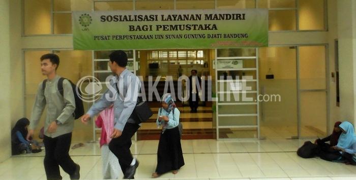 Mahasiswa sedang menggunakan fasilitas perpustakaan UIN SGD Bandung, Rabu (2/3/2016). teknologi Radio Frequency Identification (RFID) dan Optical Character Recognition (OCR) mulai diterapkan di perpustakaan ini.(Puji Fauziah/Magang)