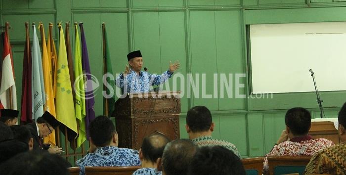 Rektor UIN SGD Bandung, Mahmud saat memberikan sambutan dalam acara pelantikan ketua jurusan di Aula Rektorat, Kamis (17/03/2016). (Puji Fauziah / Magang)