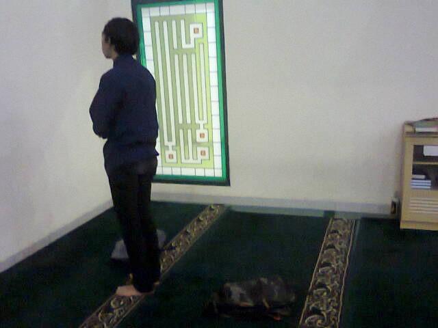 (ILUSTRASI) Seorang mahasiswa melakukan sholat dengan posisi membelakangi tasnya Rabu (2/3/2016). Banyak kasus kehilangan tas yang terjadi di Masjid Iqomah UIN SGD Bandung dikarenakan posisi pemilik yang membelakangi tasnya dan juga karena kurang maksimalnya peran kamera CCTV di masjid. (Luqman Hakim/ Magang)