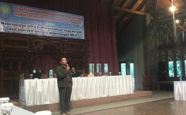 Direktur utama PT. Nuansa Almunium Nana Mulyana menyampaikan materi kuliah umum pada Pelatihan Kewirausahaan Mahasiswa (PKM) UIN SGD Bandung (21/3/2016) di Aula The La Oma Hotel, Lembang, Bandung Barat. Penulis buku 8 Mukjizat Rejeki ini menyampaikan tiga cara menjadi pengusaha sukses. (SUAKA/Ari Gunawan)