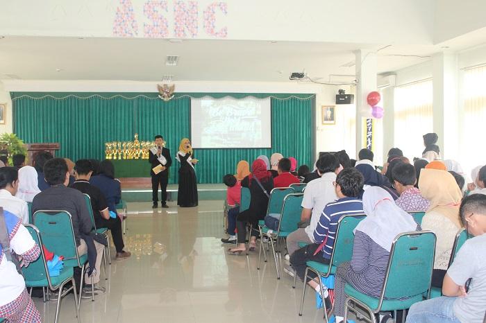 Master Ceremony (MC) membuka acara pembukaan Annual Saeed National Competition (ANSC) 2016, Jum'at (25/3/2016) di Aula Fakultas Tarbiyah dan Keguruan (FTK) UIN SGD Bandung. Jumlah peserta ANSC tahun ini pecahkan rekornya. (Riska Yunisyah/ Magang)