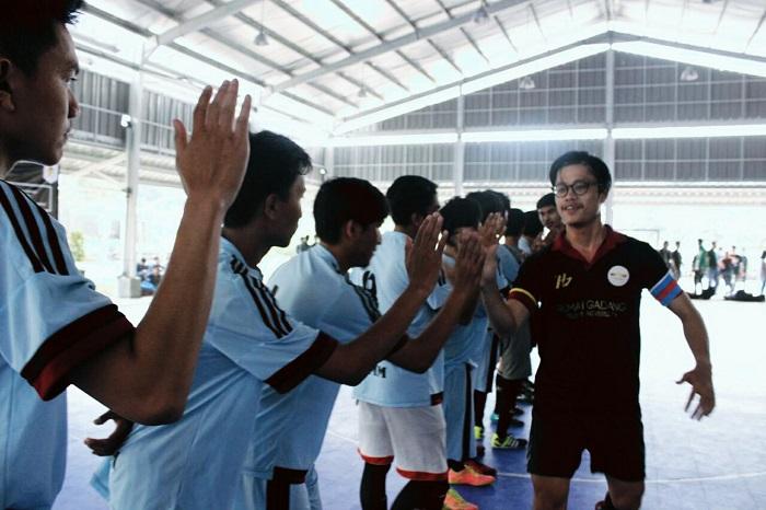 Tim Keluarga Mahasiswa Minang (KMM) UIN SGD Bandung berhadapan dengan tim Rumah Gadang Telkom University, Sabtu (26/3/2016) di lapangan Zone 73. Kedua tim bersalaman sebelum bertanding sebagai simbol sportifitas. (Anisah Meidayanti/ Magang)