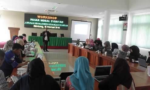 Ketua Indocamp-Edu, Yoyok Prasetyo sedang memaparkan materi di acara workshop investasi pasar modal syariah yang diselenggarakan di aula fakultas syari'ah dan hukum (Reina Nurjanah/Suaka)