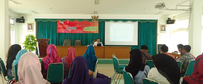 Yayan, saat mengenalkan materi mengenai Rancangan Pelaksanaan Pembelajaran (RPP) di Aula Fakultas Tarbiyah dan Keguruan UIN SGD Bandung. (Puji Fauziah)
