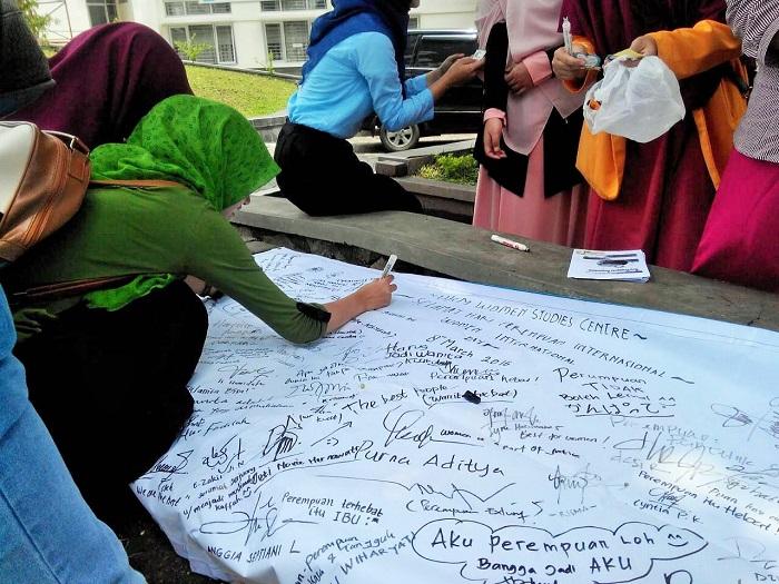 Kegiatan Women Studi Center (WSC) UIN Bandung dalam memperingati International Women Day dengan cara kampanye, membagikan buletin dan stiker, yang digelar didepan halaman Fakultas Ushuludin. Selasa (08/03/16)