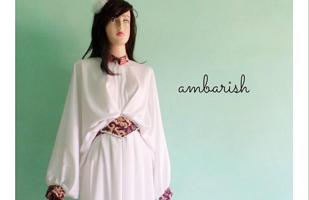 Baju dengan bahan Velvet Roberto Cavali Mix Batik Embos, bahan yang memiliki tektur halus dan mengkilap (Ratu Tresna)