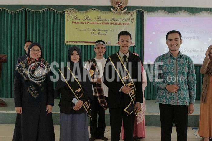Putra Putri Pendidikan Kimia 2016 terpilih, Ujang Supiadi (dua dari kanan) dan Annisa Nur Baeti (dua dari kiri) saat berfoto bersama dewan juri seusai acara, di Aula Fakultas Tarbiyah dan Keguruan UIN SGD Bandung, Minggu (24/04/2016). (Puji Fauziah/ Magang)