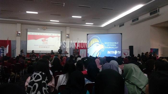 News Anchor Metro TV Prita Laura menyampaikan materinya pada Roadshow Asosiasi Televisi Swasta Indonesia (ATVSI) Peduli, Rabu (13/4/2016) di Aula Fakultas Ilmu Terapan, Telkom University. Setelah Bandung, ATVSI akan mengunjungi Surabaya (20-21 April) dan Yogyakarta (27-28 April). (Agung Tri Laksono/ Magang)