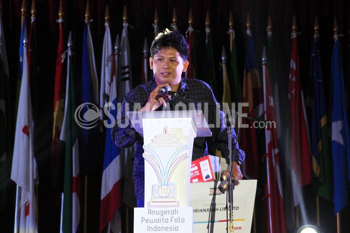 Abriansyah Liberto, -- Fotografer Tribun Sumsel, Abriansyah Liberto meraih penghargaan di bidang fotografi jurnalistik sebagai Photo of The Year dalam ajang Anugerah Pewarta Foto Indonesia (APFI) 2016, Sabtu (9/4/2016) di Gedung Merdeka, Bandung. Dalam foto berjudul Tinjau Titik Api karya Abriansyah ini menampilkan kunjungan presiden Joko Widodo ke lokasi kebakaran lahan di Sumatera Selatan didampingi Kapolri dan Panglima TNI, ketiganya menunjukan ekpresi murung. (Mohammad Aziz Pratomo/ Magang)