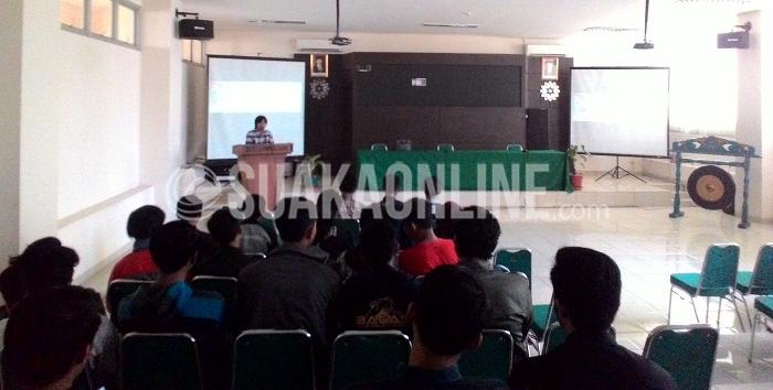 Ketua Pelaksana Kegiatan, Derayan Bima Alamsyah saat memberi sambutan pada pembukaan Pekan Olahraga Mahasiswa Teknik Informatika (Pormasi) 2016 di Aula Fakultas Sains Dan Teknologi UIN SGD Bandung, Sabtu (2/4/2016). (Devi Novitasari / Magang)