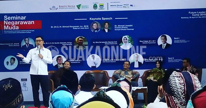 Walikota Kota Bandung Ridwan Kamil menjadi salah satu pembicara dalam seminar Negarawan Muda yang diselenggarakan Bakti Nusa Bandung Dompet Dhuafa, Kamis (27/4/2016) di Aula Barat ITB. Acara ini juga turut dihadiri beberapa pemimpin negeri, seperti walikota kota Payakumbuh, bupati Bantaeng, (Chairul Fauzi/ Magang)