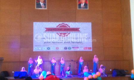 Penampilan salah satu grup marawis pada Festival Marawais FISIP UIN SGD Bandung, Sabtu (30/4/2016) di Gedung Anwar Musaddad. Festival pertama ini cukup menarik antusiasme 30 grup marawis di Jawa Barat. (Hasna Salma/ Magang)