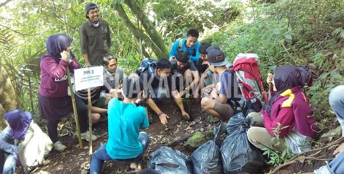 Mahasiswa Agroteknologi UIN SGD Bandung melakukan aksi tanam pohon dan pungut sampah di Gunung Manglayang kabupaten Bandung, Minggu (24/04/2016). Aksi ini merupakan bakti terhadap lingkungan dalam peringatan Hari Bumi.
