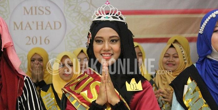 Pemenang Miss Ma'had 2016, Nuraprianti Dewi saat menerima mahkota di Aula Gedung Baru Ma'had Al-Jamiah, Sabtu (2/4/2016). Untuk pemenang kategori Miss Tahsin dan Tahfidz dimenangkan oleh Vida Ravida, Miss Talent disandang oleh Elis Nurawaliah, Miss Language dimenangkan Tiara Dwi Nurwahidah, Miss Fashion dimenangkan oleh Indah Tri Amalia, dan Miss Favourite dimenangkan oleh Ariana Nurul Wahidah. (Puji Fauziah / Magang)