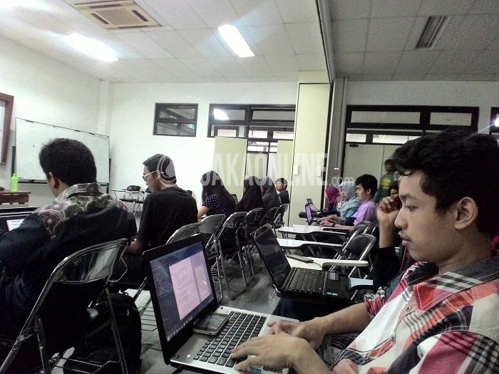 Salah satu peserta pelatihan Indonesai Android Kejar serius mengikuti pelatihan ini, Minggu (10/4/2016) di Laboratorium Teknologi V ITB. Indonesia Kejar Android adalah program yang diinisiasikan Google Developers untuk mendukung developers Indonesia hingga tahun 2020. (Ayu Isnaini/ Magang)