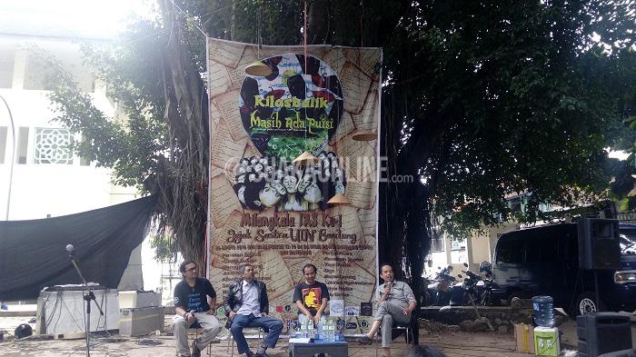 Dari kiri: moderator diskusi Aras Abdul, sastrawan Cecep Suhaeli, Ahmad Gibson Al-Bustomi, dan Bambang Q-Anees dalam Milangkala pertama Jaringan Anak Sastra (JAS), Selasa (26/4/16) Dibawah Pohon Rindang (DPR) UIN Sunan Gunung Djati Bandung. Ketiga pemateri menceritakan jejak sejarah sastra di kampus ini. (Dadan M. Ridwan/ Magang)