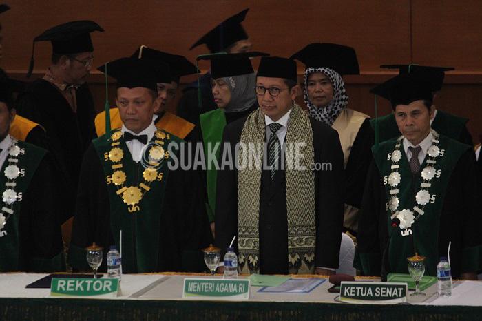 Dari kiri, Rektor UIN SGD Bandung Mahmud, Menteri Agama Republik Indonesia Lukman Hakim Said, dan Ketua Senat Universitas UIN SGD Bandung Nanat Fatah Natsir pada acara puncak Dies Natalis ke- 48 UIN SGD Bandung, Jum'at (8/4/2016) di Gedung Anwar Musaddad. Dalam kesempatan ini juga Lukman Hakim meresmikan nama baru untuk beberapa gedung di UIN Bandung. (Muhammad Ade/ Magang)