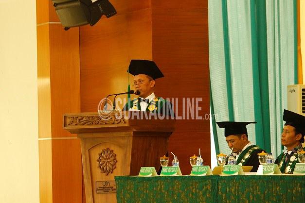 Rektor UIN SGD Bandung Mahmud tengah menyampaikan sambutanya pada acara puncak Dies Natalis ke- 48 UIN SGD Bandung, Jum'at (8/4/2016) di Gedung Anwar Musaddad. Acara ini juga turut dihadiri Menteri Agama Republik Indonesia Lukman Hakim Saifuddin.