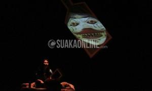 Dora adalah gambaran dari kekayaan, kemewahan, sekaligus kemiskinan. Teater Awal Bandung menampilkan teater Manusia dalam Botol menggunakan bahasa Sunda, Senin (11/4/2016) di Gedung Abjan Soelaeman UIN SGD Bandung. (Elya Rhafsanzani/ Magang)
