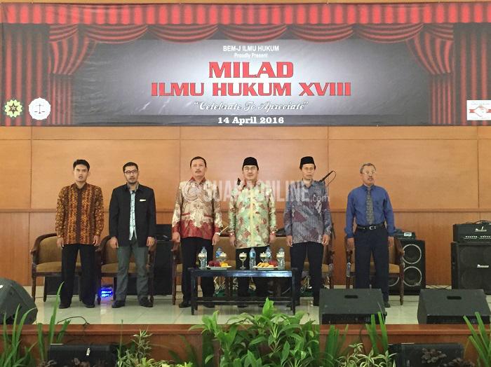 Dari kiri, ketua Jurusan Ilmu Hukum Utang Rosidin, wadek III FSH Dudang Gojali, dekan FSH Ah. Fathonih, ketua Dewan Kehormatan Penyelenggara Pemilu (DKPP) Jimly Asshiddiqie, warek III Muhtar Solihin, dan ketua ICMI Jabar M. Najib dalam seminar nasional yang dihelat BEM-J Ilmu Hukum pada Milad Ilmu Hukum ke- 18, Kamis (14/4/2016). (Khairul Umam/ Magang)