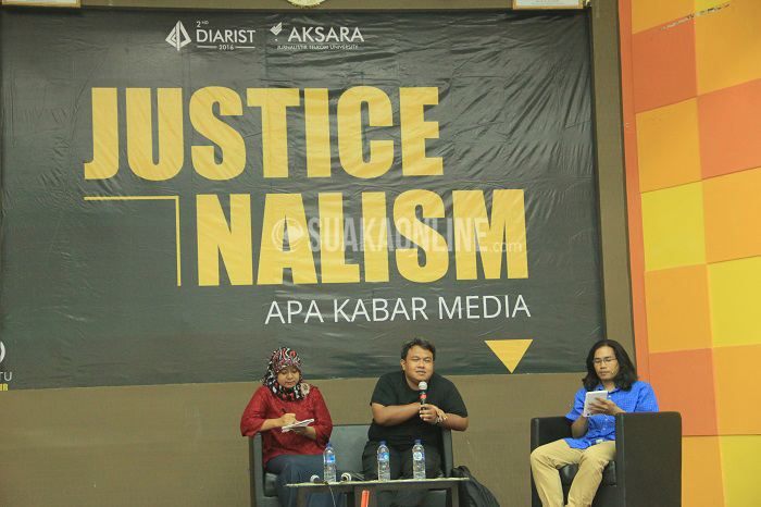 (Dari kiri) Literacy Media, Santi Indra Astuti; Jurnalis Indonesia, Dandhy Dwi Laksono menjadi pemateri dalam Talkshow Apa Kabar Media pada acara 2nd Diarist yang diselenggarakan Unit Kegiatan Mahasiswa (UKM) Aksara Jurnalistik Telkom University, Selasa (26/4/2016) di Aula Fakultas Industri Kreatif (FIK).(Rendy Muhammad/ Magang)