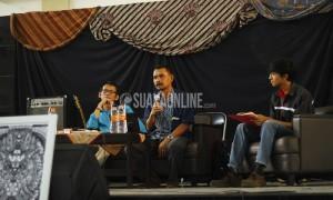 Dari kiri, pemimpin redaksi Tribun Jabar Cecep Burdansyah, praktisi dan dosen komunikasi Enjang Muhaemin dan moderator diskusi Ismail Abdurahman dalam Diskusi Publik Mencari Terang dalam Senjakala Media Cetak, Rabu (20/4/2016) di Gedung Abjan Soelaeman UIN SGD Bandung. Kedua pemateri yakin media cetak tak akan pernah mati, karena hingga saat ini belum ada riset komprehensif yang membuktikannya.