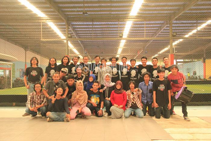 Para pemain dan suporter UKM Teater Awal berfoto bersama usai pertandingan pertama Liga Futsal Mahasiswa Antar UKM/UKK Senin (25/4/2016) di Mayasari Sport Hall. (Mohammad Aziz Pratomo/ Magang)