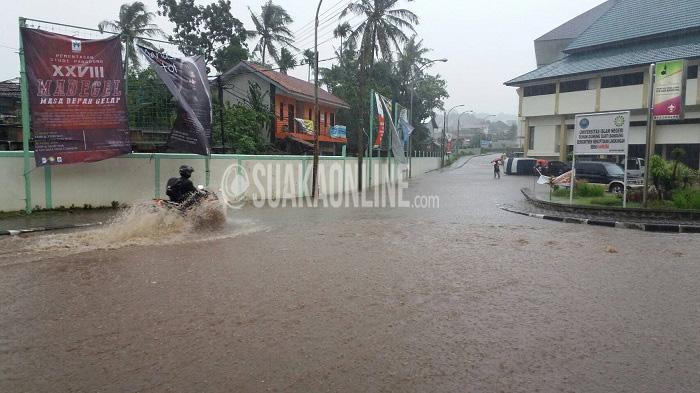 UIN SGD Bandung Banjir -- Pengendara sepeda motor melintasi jalan utama Kampus UIN Bandung yang digenangi air akibat hujan deras, Sabtu (9/4/2016) tadi. Ini membuktikan drainase Kampus belum berfungsi maksimal. (Doni Anggola/ Magang)