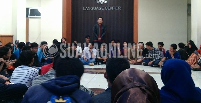 Perwakilan berbagai Orda di UIN Bandung saat memperkenalkan organisasi daerahnya yang bertempat di gedung Language Centre, Rabu (6/4/2016). Keberadaan Orda di sebuah perguruan tinggi menjadi lebih optimal bilamana dapat bersatu antar Orda. (Khairul Umam / Magang)