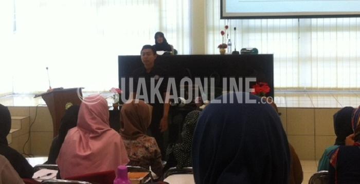 Internet Marketer, Trainer, Psychotherapist, Founder psikopedia, Ridwan Hasan saat menyampaikan materi mengenai Hypnoselling dalam mini seminar dan workshop yang diadakan Unit Kegiatan Mahasiswa (UKM) Lembaga Inkubasi Kewirausahaan Mahasiswa (LIKM) UIN SGD Bandung, di Aula Perpustakaan, Sabtu (2/4/2016). (Hasna Salma / Magang)