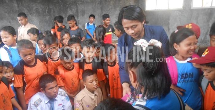 Salah satu anggota Hima EGU Sumedang tengah memberi sosialisasi kepada anak-anak korban pembangunan bendungan Jatigede di di SDN Cipondoh, Desa Batukasur, Kecamatan Jatinunggal, Kabupaten Sumedang, Senin (2/3/2016)