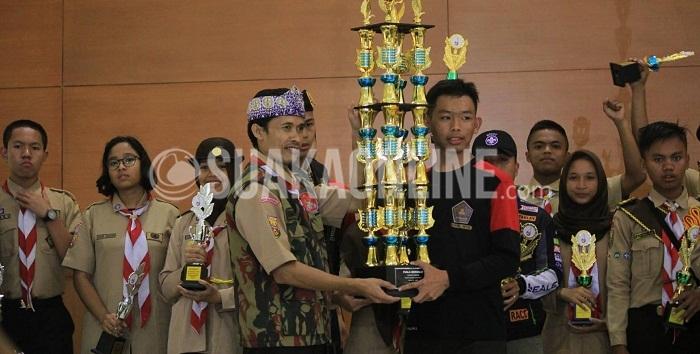 Penyerahan piala bergilir oleh salah satu juri kepada perwakilan dari MAN Cipasung yang menjadi juara umum dalam acara Wukuf (Wahana Kreatifitas Fastabiqul Khairat) di gedung Anwar Musaddad, Minggu (8/5/2016). Acara ini digelar dalam rangka perayaan HUT Pramuka gugus depan UIN SGD Bandung yang ke-38. Untuk kedua kalinya MAN Cipasung menjadi juara umum dan kegiatan ini pun diikuti oleh 900 lebih peserta dari berbagai SMA & SMP se-Jawa Barat. (Rendy Muhamad M /Magang)