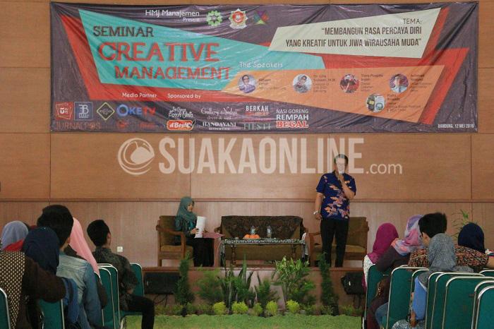 Dinas Koperasi dan UMKM Jawa Barat Achmad Rosyad menyampaikan materi tentang membangun rasa percaya diri yang kreatif untuk jiwa wirausaha muda dalam acara Creative Manajement yang diadakan HMJ Manajemen UIN SGD Bandung, Kamis (12/5/2016) di Gedung Anwar Musaddad. (Rendy Muhammad/ Magang)