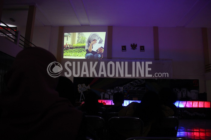 Salah satu film yang diputar pada Free Movie Festival yang digelar komunitas fim makers jurusan Konunikasi Penyiaran Islam (KPI) UIN SGD Bandung Free Film, Jum'at (27/52016) di Gedung Abjan Soelaeman. Beberapa komunitas film makers Bandung juga turut memeriahkan festival ini, seperti Komunitas Film ISBI, Satu Lensa, dan Komunitas Vendour. (SUAKA/Elya Rhafsanzani)