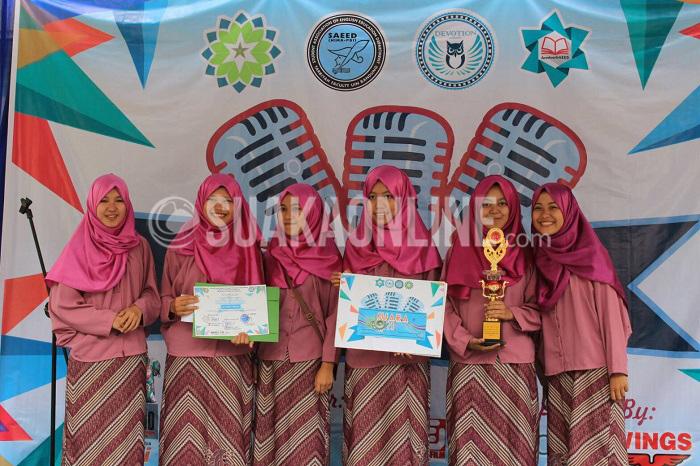 Pemenang Voice Group Competitions grup Harmoni Manistik berfoto bersama usai menerima hadiah dari penyelenggara Himpunan Mahasiswa Jurusan (HMJ) Pendidikan Bahasa Inggris (PBI) UIN SGD Bandung, Sabtu (30/4/2016) di lapangan Gazebo. Grup vokal ini mengawinkan double juara dengan tahun lalu. (Doni Anggola/ Magang)