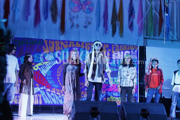 Salah satu pasangan peserta lomba Fashion Show dengan tema Hippies turut memeriahkan Anniversary ke- 18 jurusan Jurnalistik UIN SGD Bandung, Jum'at (13/5/2016) di Gedung Abjan Soelaeman. Dalam perayaan ini seluruh hadirin mengenkan dress code (kostum) bergaya Hippies, hingga mampu menghadirkan realitas baru zaman Hippies tahun 60-an. (Mohammad Aziz Pratomo/ Magang)