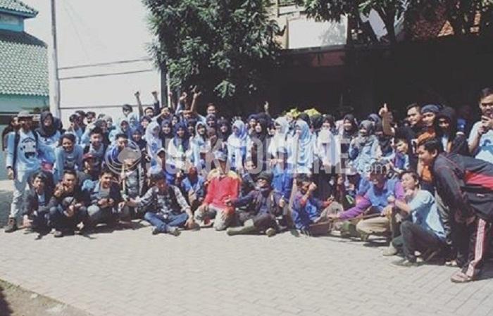 Mahasiswa jurusan Komunikasi Penyiaran Islam (KPI) UIN SGD Bandung foto bersama dengan Pasukan Gober sebelum melakukan kegiatan bakti sosial pungut sampah di sekitar kampus dan desa Cipadung, Senin (2/5/2016). (Fitri Febrianti Muhimatul Khoiroh / Magang)
