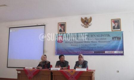 Dari kiri, rektor International Women University Dewi Indriyani Jusuf, perwakilan KPID Jawa Barat,, dan dekan fakultas ilmu sosial dan komunikasi Imas Komariah pada pembukaan Workshop Jurnalisti yang diselenggarakan Himpunan Mahasiswa Ilmu Komunikasi IWU, Sabtu (30/4/2016) di Aula Sekretariat KPID Jawa Barat, Bandung. Selanjutnya Ilkom IWU akan mengadakan pelatihan serupa secara intensif bersama LPM Suaka UIN SGD Bandung guna pembentukan pers mahasiswa di IWU. (SUAKA/Anjar Martiana)