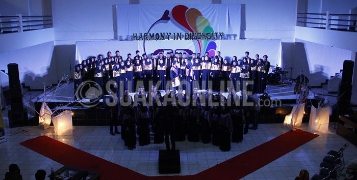 """Anggota Unit Kegiatan Mahasiswa (UKM) Paduan Suara Mahasiswa (PSM) saat tampil di malam puncak Gebyar Seni PSM ke – 18 di Auditorium Abdjan Soelaeman, Minggu (8/5/2016). Acara yang bertajuk """"Harmony In Diversity"""" ini digelar selama tiga hari, sejak hari Jum'at (6/5/2016) hingga Minggu (8/5/2016). (Mohammad Aziz Pratomo / Magang)"""