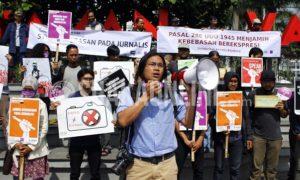 Puluhan wartawan yang tergabung dalam Solidaritas Jurnalis Bandung menggelar aksi unjuk rasa di Taman Vanda, Jalan Merdeka, Kota Bandung, Selasa (3/5/2016). Aksi ini merupakan gabungan dari Aliansi Jurnalis Independen (AJI), Pewarta Foto Bandung (PFB), dan Wartawan Foto Bandung (WFB). (Mohammad Aziz Pratomo / Magang)
