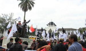 Sejumlah organisasi buruh Indonesia menggelar aksi pada hari buruh atau May Day, Minggu (1/5/2016)  di Gedung Sate, Kota Bandung. Enam Catatan akhir tahun 2015 Gerakan Buruh Indonesia (GBI) masih menjadi tuntutan utama aksi buruh tersebut. (Elya Rhafsanzani/ Magang)
