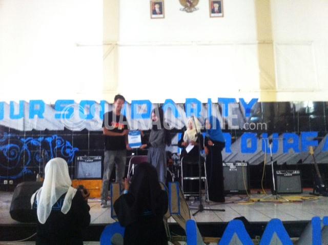 Pemenang Solo Pop Islami IPPBMM 2016, Dessy Qudsiyati Qolby menjadi penerima kategori mahasiswa berprestasi KPI Awards pada acara KPI Summit, Minggu (15/5/2016) di Gedung Abjan Soelaeman UIN SGD Bandung. Puncak KPI Summit diisi dengan sajian musik yang menghadirkan Yayan Katho, KPJ, Anak Desa, Alakadar, Unbreakable, dan Barbara. (Hasna Salma/ Magang)