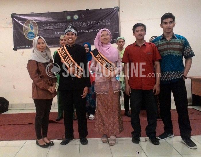 Mojang Jajaka (Moka) fakultas Saintek terpilih Hana Hanifah dan Muhammad Dzaky Al-Fawwaz berfoto bersama juri usai pemilihan, Kamis (12/5/2016) di Aula Student Center UIN SGD Bandung. Hana dan Dzaky juga merupakan Moka jurusan Biologi. (Ayu Isnaini/ Magang)