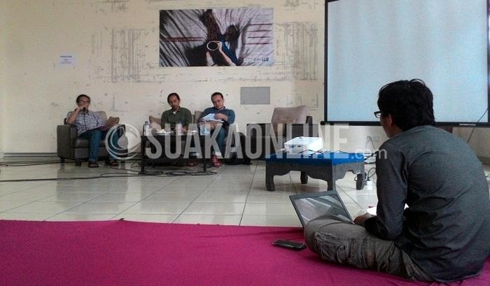 """Dosen jurusan Sejarah Peradaban Islam UIN SD Bandung, Tolib Rahmatullah (pemateri paling kanan) saat memberi materi diskusi yang diselenggarakan oleh Lembaga Pengkajian Ilmu Keislaman (LPIK). Dengan tema """"Proyeksi Kebudayaan dalam Secangkir Kopi"""" yang digelar dalam rangka Milangkala LPIK XX di aula lantai 1 Student Center, Selasa (10/5/2016). (Ayu Isnaini / Magang)"""