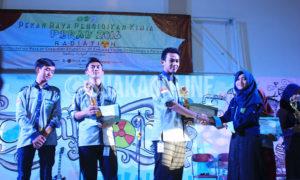 Pemberian hadiah pihak penyelenggara kepada para pemenang dari ke- 16 mata perlombaan Pekan Raya Mahasiswa Pendidikan Kimia (Perak), di malam puncak Perak, Minggu (15/2016) di Gedung Abjan Soelaeman. (Muhammad Ade/ Magang)